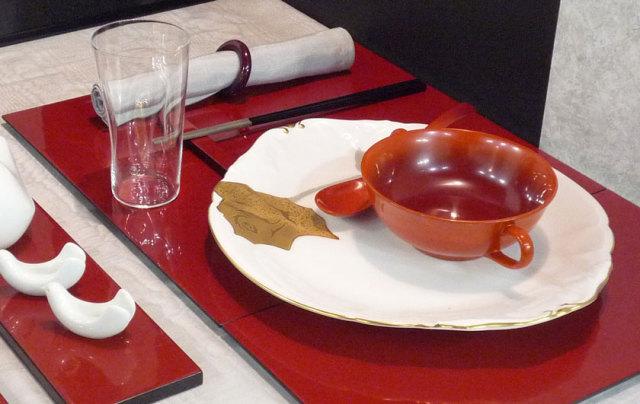 輪島塗漆器 グラデーション・スープボール(朱赤) テーブルイメージ